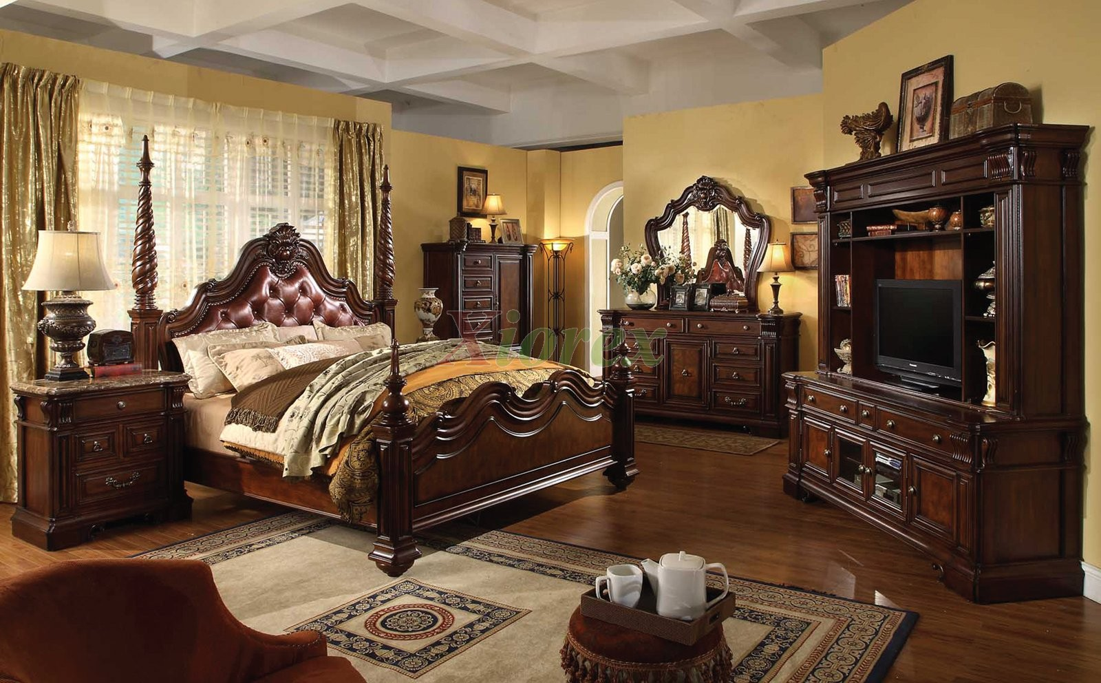 Traditional poster bedroom furniture set with leather for Traditional bedroom furniture